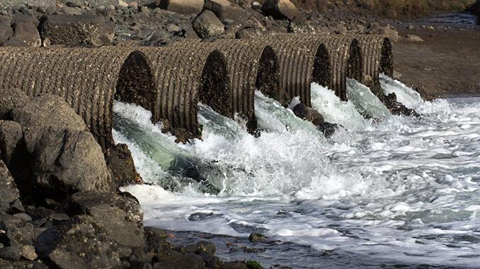 Abflussrohre transportieren schmutziges Abwasser weg