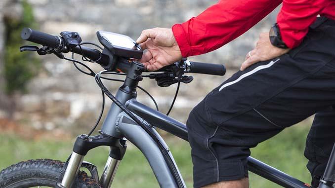 E-Bike Fahrer auf dem Fahrrad