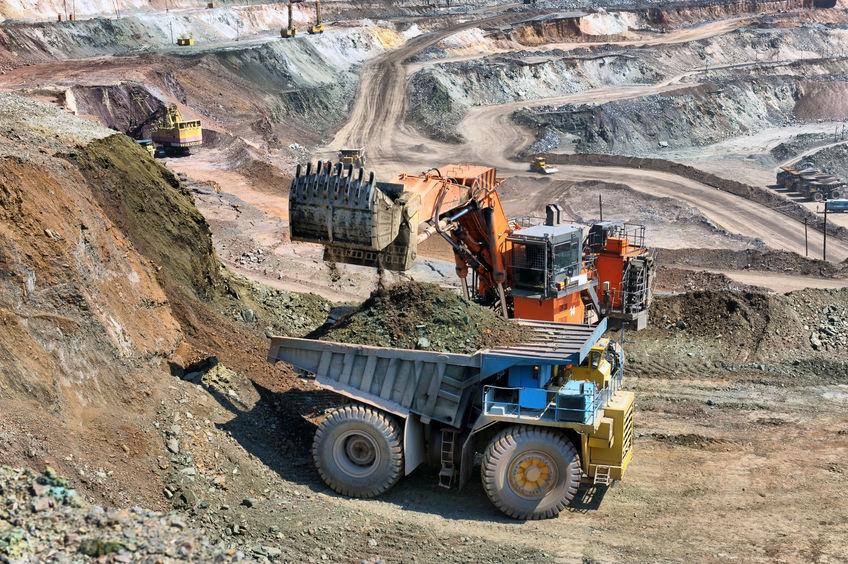 Bergbau in den Alpen mit LKW und Bagger