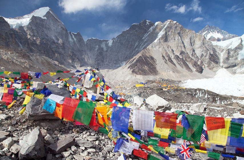 Landschaft im Himalaya mit Gebetsfahnen