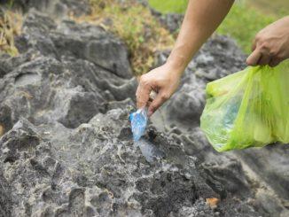 Müll sammeln in den Bergen
