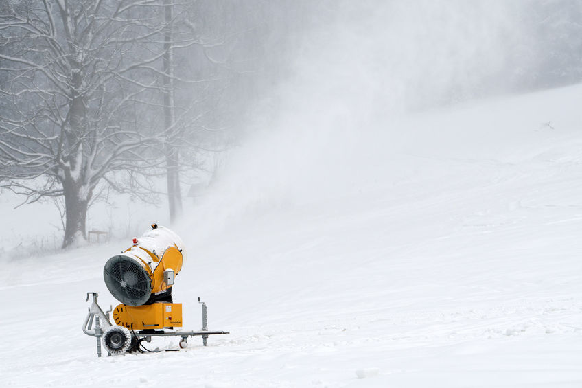 Schneekanone beschneit eine Piste