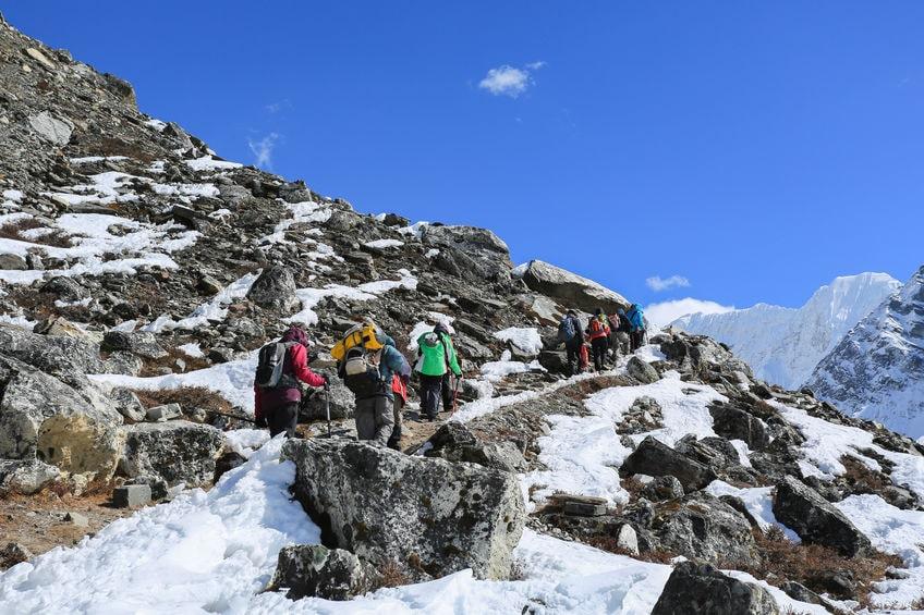 Trekker in Nepal auf einem Trekkingweg