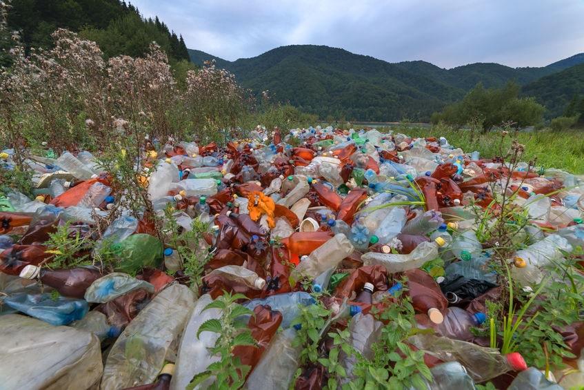 Plastikmüll liegt in den Bergen herum